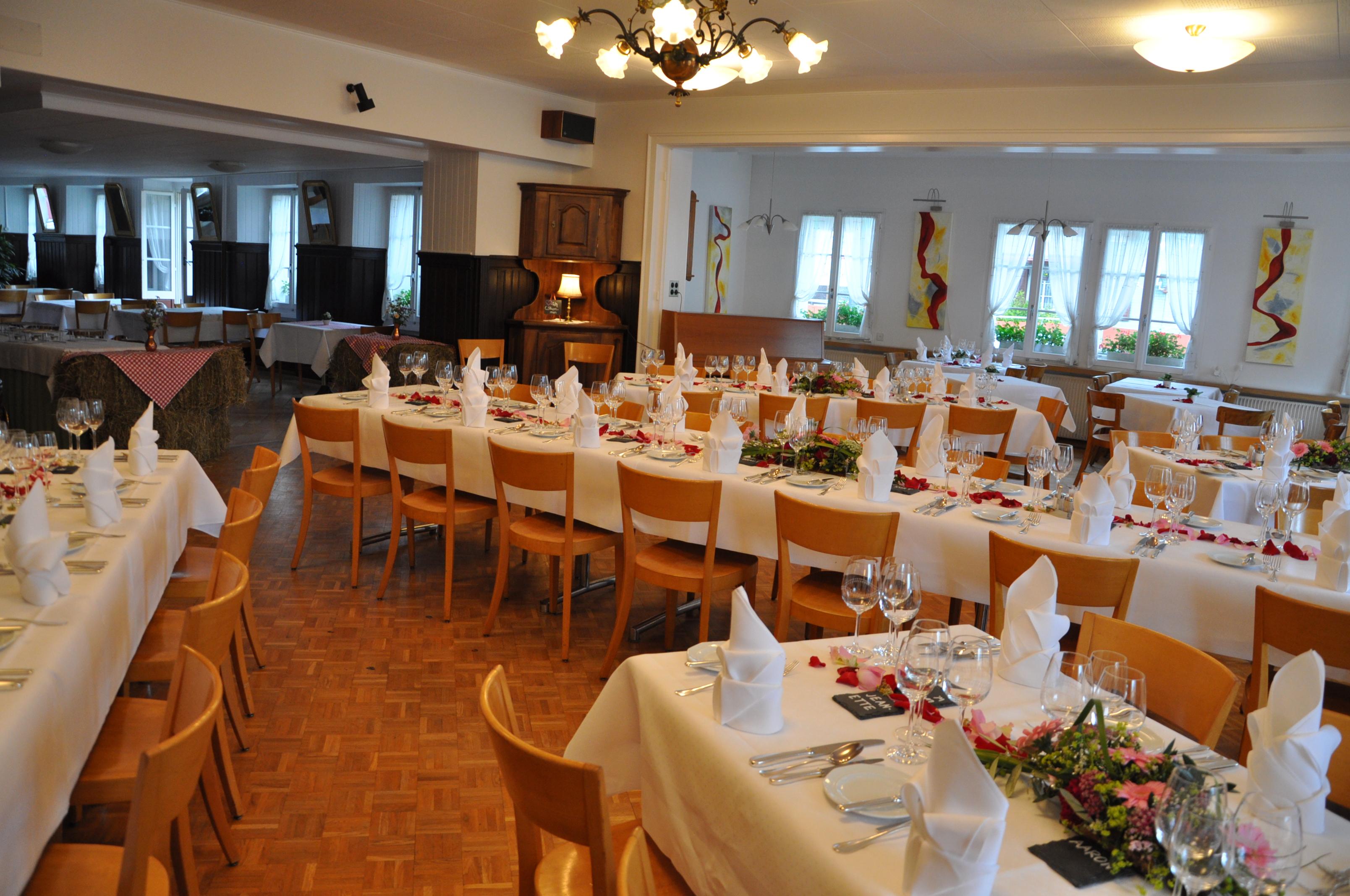 Mit Seinen 153 M2 Bietet Unser Saal Sitzplätze Für Bis Zu 90 Personen Und  Ist Bestens Geeignet Für Bankette. Bankett